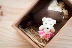 白色和黄色玫瑰开花与华伦泰节日礼物和美丽的迷离花束和爱词在花束在本文b 免版税库存照片