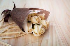 白色和黄色玫瑰开花与华伦泰节日礼物和美丽的迷离花束和爱词在花束 在的花 库存图片