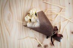 白色和黄色玫瑰开花与华伦泰节日礼物和美丽的迷离花束和爱词在花束 在的花 库存照片