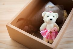 白色和黄色玫瑰开花与华伦泰节日礼物和美丽的迷离花束和爱词在bo 库存照片
