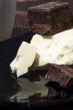 白色和黑暗的牛奶巧克力 免版税库存图片
