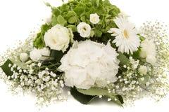 白色和绿色八仙花属花霍滕西亚或Ortensia与白玫瑰和麦 除草装饰装饰品 免版税库存照片