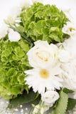 白色和绿色八仙花属花霍滕西亚或Ortensia与白玫瑰和麦 除草装饰装饰品 图库摄影