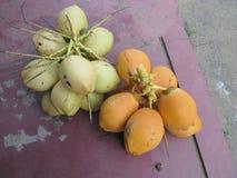 白色和黄色椰子 免版税库存图片