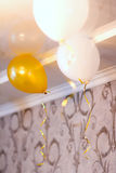 白色和黄色球在屋子,背景里 免版税库存照片