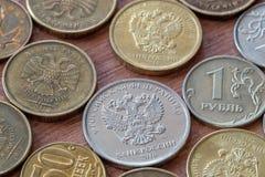 白色和黄色硬币卢布 免版税库存照片