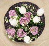 白色和紫色郁金香花束  库存图片