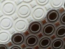 白色和黑褐色,陶瓷墙壁 免版税库存照片