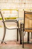 白色和黑餐馆主持室外 开放的咖啡馆 图库摄影