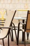 白色和黑餐馆主持室外 开放的咖啡馆 免版税库存照片
