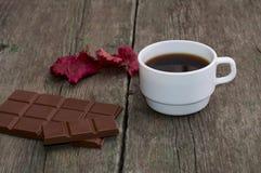 白色咖啡、巧克力和红色叶子 库存图片