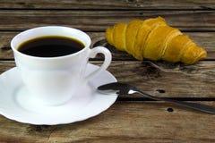 白色咖啡和新月形面包 库存照片