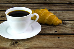 白色咖啡和新月形面包 免版税图库摄影