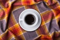白色咖啡顶视图在床罩的 有河床的早餐 放松和饮料概念 芳香杯子浓咖啡或上午 库存照片