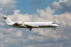 白色喷气机客机 免版税库存图片