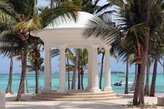 白色圆形建筑在一个热带海滩的婚礼的 免版税库存照片