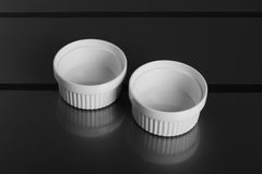 白色圆的瓷碗 库存图片