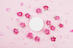 白色圆的空白、桃红色玫瑰花和瓣温泉或婚礼大模型的在淡色背景顶视图 美好的花卉模式 图库摄影