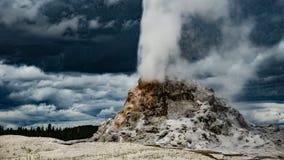 白色圆顶喷泉喷发 免版税库存图片