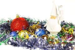 白色圣诞老人形象,圣诞节球,在白色背景隔绝的闪亮金属片 图库摄影