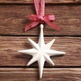 白色圣诞节在土气木头的星装饰品 库存图片