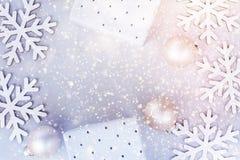 白色圣诞节新年框架横幅背景雪剥落中看不中用的物品礼物盒五颜六色的五彩纸屑闪烁点燃贺卡 免版税图库摄影