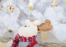 白色圣诞节树和鹿 库存照片