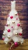 白色圣诞节树装饰了圣诞树装饰银和桃红色颜色 免版税库存图片