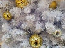 白色圣诞节树装饰迪斯科和金黄球装饰品与白色闪亮金属片 免版税库存图片