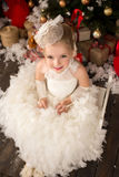 白色圣诞节礼服的逗人喜爱的年轻美丽的女孩 库存照片
