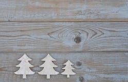 白色圣诞节装饰在老灰色木背景的圣诞树与空的拷贝spac 库存照片