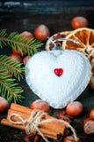 白色圣诞节以心脏的形式树玩具 免版税库存图片