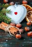 白色圣诞节以心脏的形式树玩具 免版税图库摄影