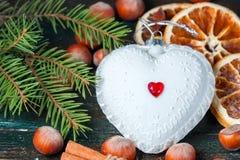 白色圣诞节以心脏的形式树玩具 库存照片