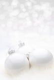 白色圣诞节Babules有bokeh背景 免版税库存照片