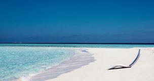 白色在与绿松石海水和白色沙子的热带镇静海滩附近sunbed 海岛马尔代夫 库存照片