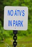白色在公园标志的没有ATVs有绿色背景 库存照片
