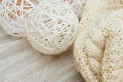 白色在木板的被编织的围巾有文本的拷贝空间的 白色冬天或Cristmas背景 库存图片