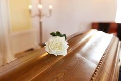 白色在木棺材的玫瑰花在教会里 库存照片