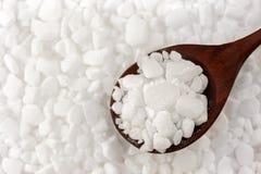 白色在木颗粒化洗碗机盐软化水,盐溶 免版税库存图片
