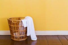 白色在柳条筐的使用的毛巾 免版税库存照片