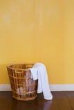 白色在柳条筐的使用的毛巾 库存图片