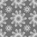 白色在灰色背景的图表玫瑰色雪花 无缝花卉的模式 免版税库存照片