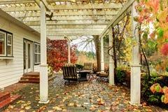 白色在秋天期间的农厂美国房子与绿草。盖 库存照片