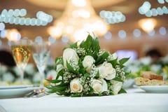 白色在篮子的婚礼花花束美丽的白色婚礼花束 免版税库存图片