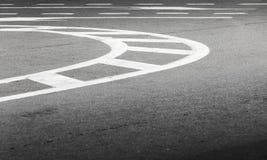 白色在黑暗的沥青的弯曲的线 免版税图库摄影