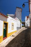 白色在Mertola安置去主要教会Igreja matriz的街道 葡萄牙 免版税库存照片