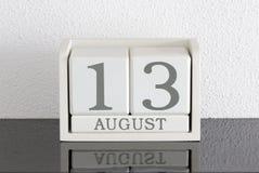 白色块日历礼物日期13和月8月 库存照片