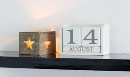 白色块日历礼物日期14和月8月 库存照片