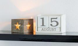 白色块日历礼物日期15和月8月 库存图片